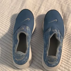 Nike shoes great for the beach size small